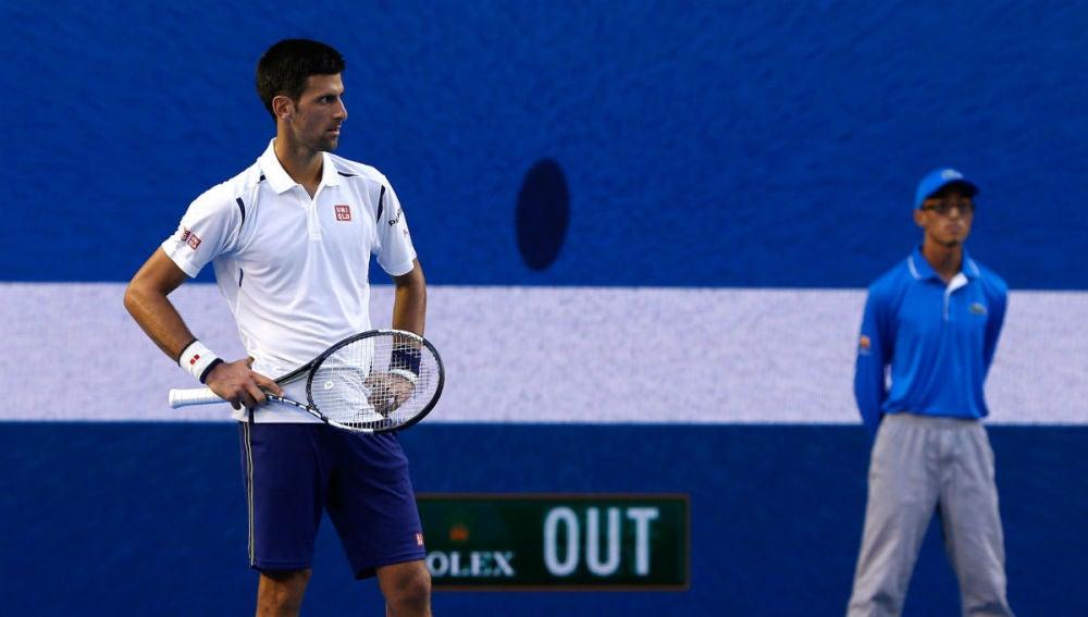 Djokovic, con gesto serio tras un punto ante Simon