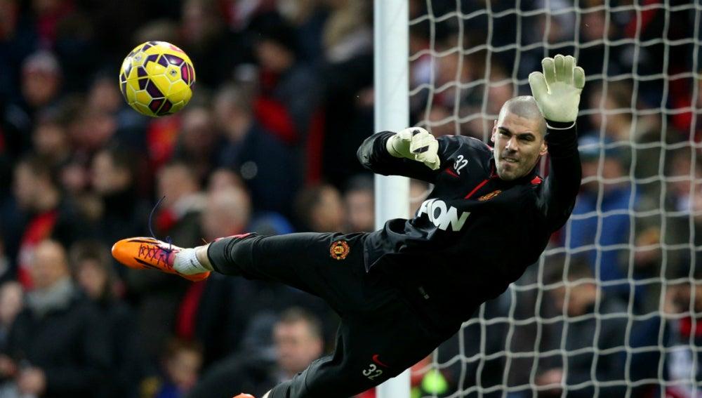 Valdés, en un calentamiento con el Man U