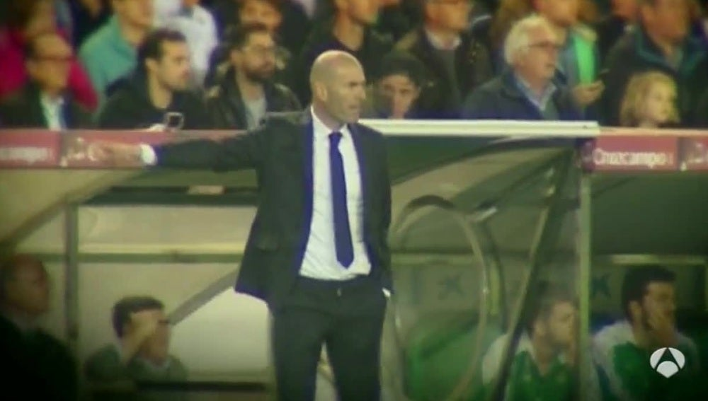 Zinedine Zidane, en la banda del Benito Villamarín