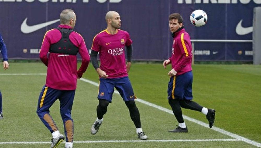 Iniesta, Mascherano y Messi, durante el entrenamiento del Barcelona