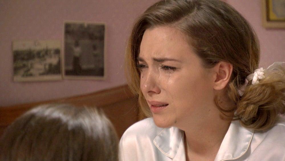 Leonor le confiesa a María que está esperando un hijo