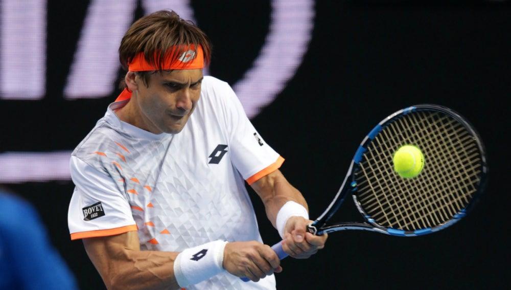 David Ferrer golpea de revés en su partido contra Isner