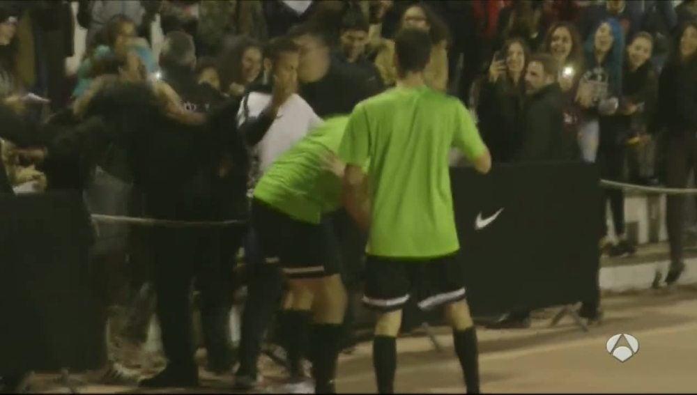 Neymar, agarrado por una aficionada durante una pachanga