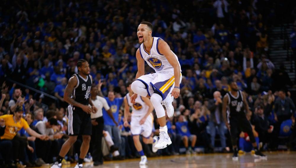 Stephen Curry celebra una canasta ante los San Antonio Spurs