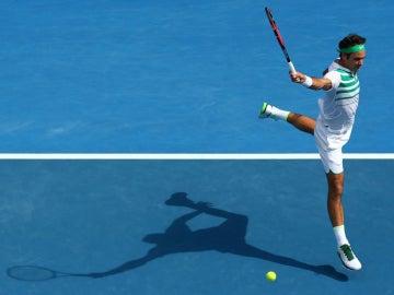 Roger Federer ejecuta su famoso revés a una mano contra Berdych
