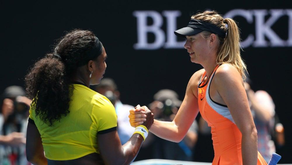 Serena Williams y Maria Sharapova se saludan tras el partido
