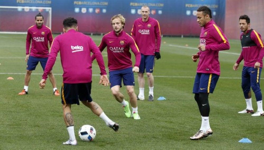 Los jugadores del Barcelona hacen un rondo durante el entrenamiento