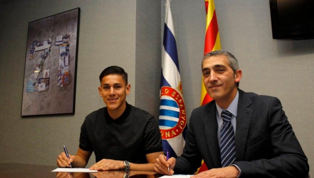 Óscar Duarte firmando su contrato como nuevo jugador del RCD Espanyol