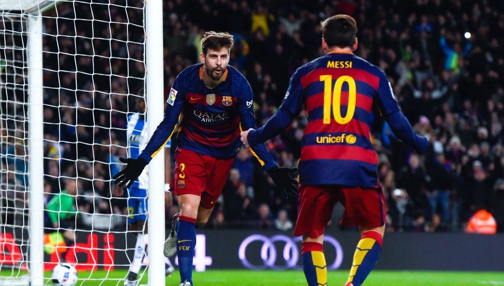 Piqué celebra un gol con Leo Messi
