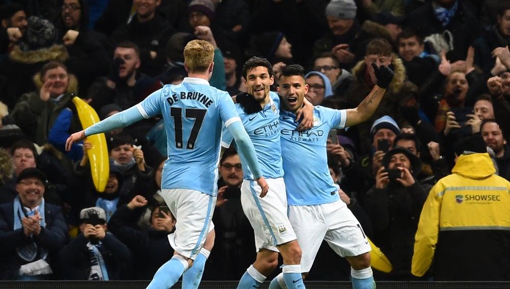 Navas, Agüero y De Bruyne celebran un gol del City en el Etihad