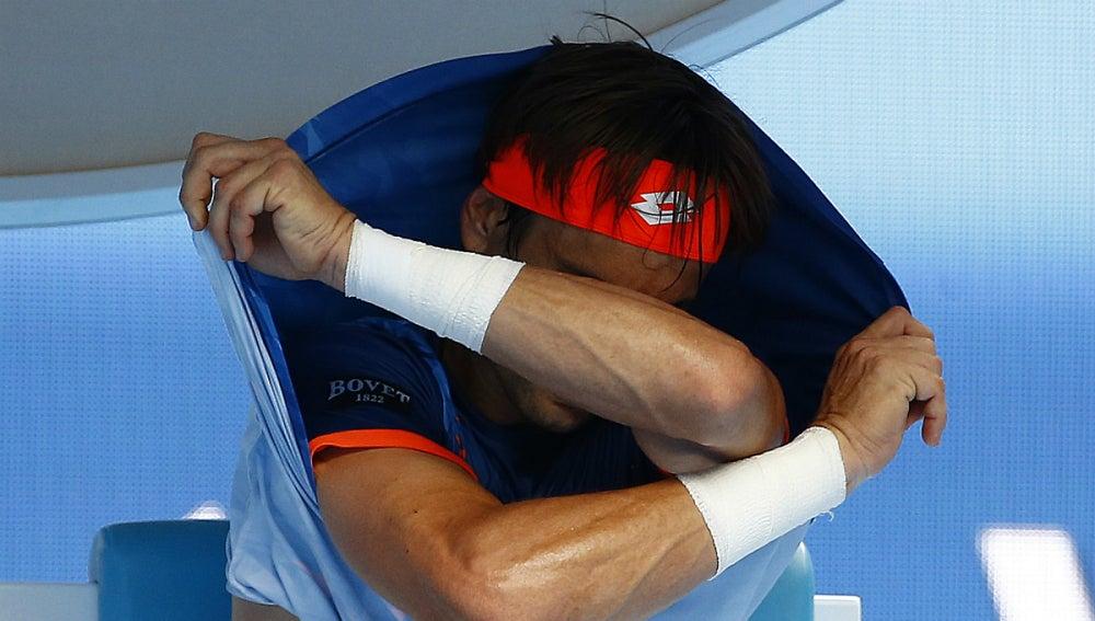 David Ferrer se quita la camiseta durante el partido contra Andy Murray