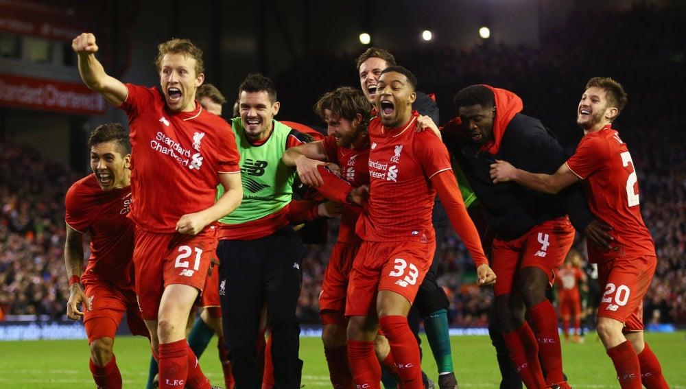 Los jugadores del Liverpool celebran la victoria