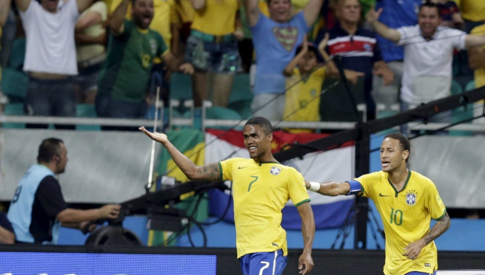Douglas Costa y Neymar celebran un gol con Brasil