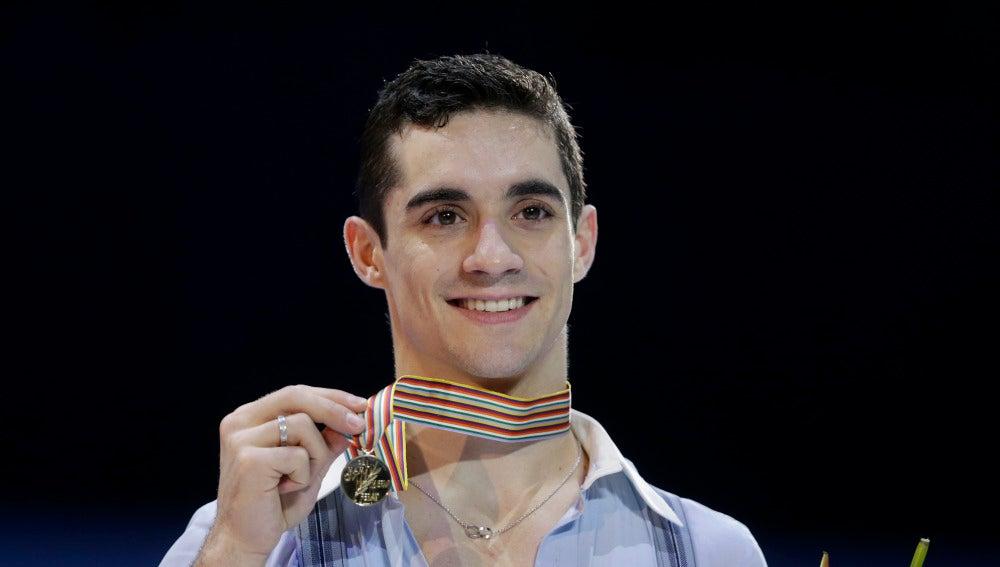 Javier Fernández posa con su medalla de oro tras volver a ganar el Europeo