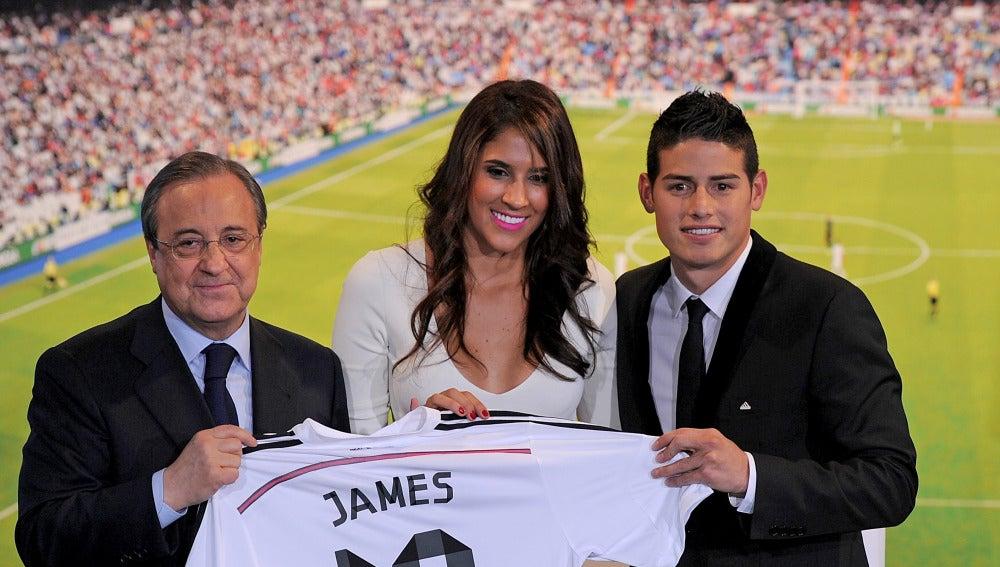 Daniela Ospina, junto con James el día de su presentación con el Madrid