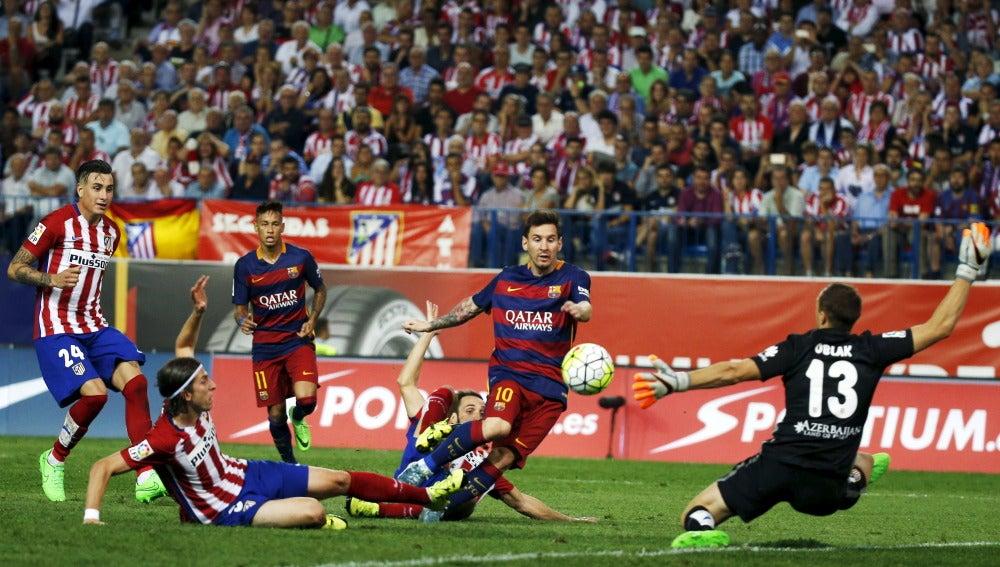 Messi chuta a puerta contra el Atlético
