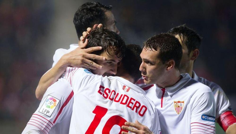 Los jugadores del Sevilla celebran un gol en Anduva