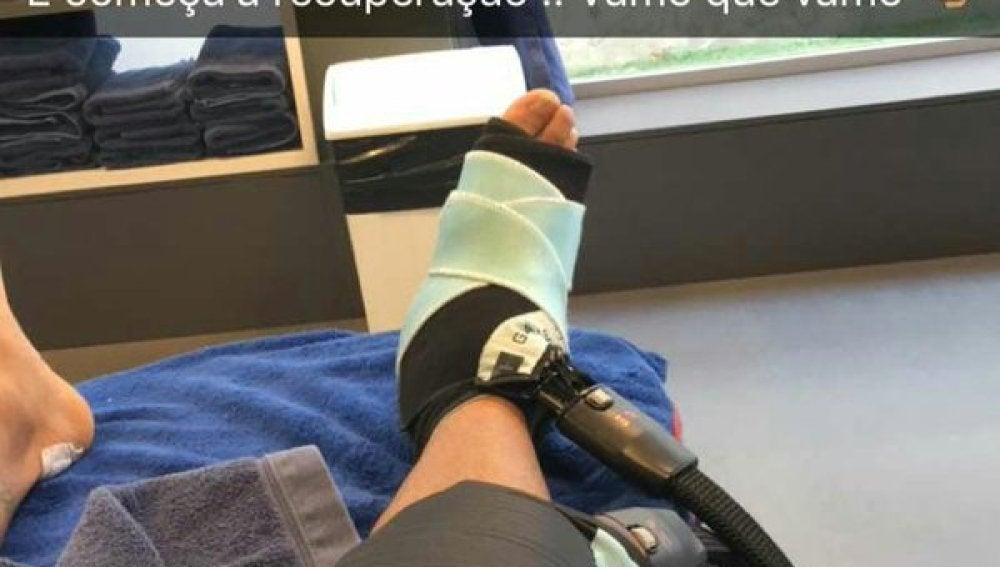 Neymar cuelga una imagen de su tobillo derecho siendo tratado