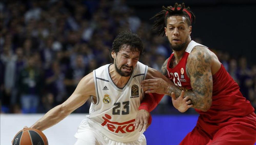 Llull intenta penetrar a canasta ante la defensa del Olympiacos