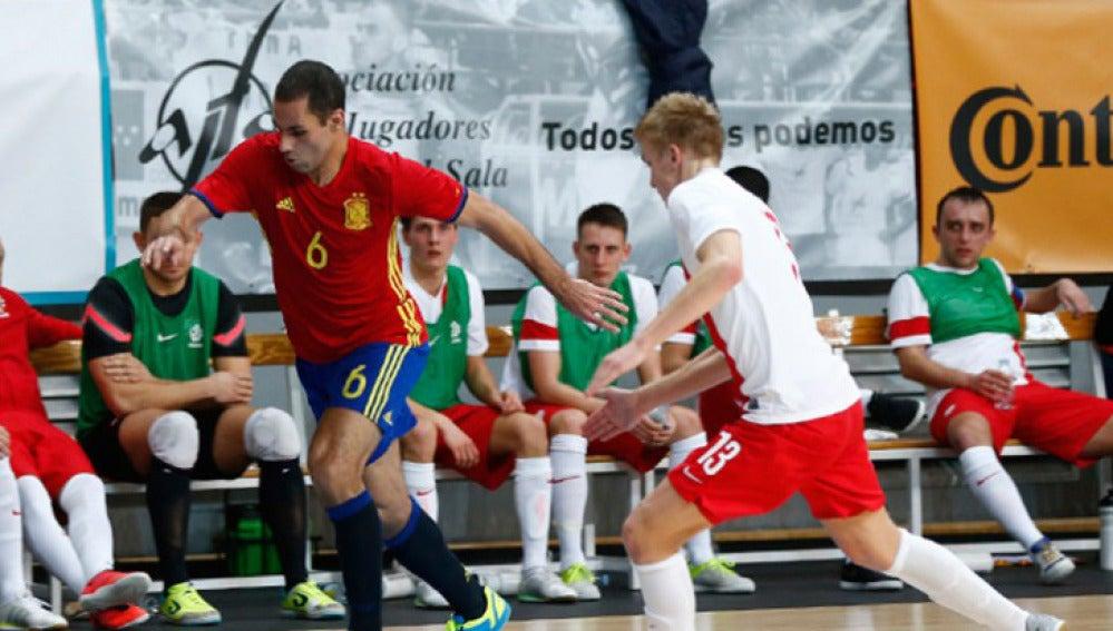 Fernandao controla el balón en el partido contra Polonia
