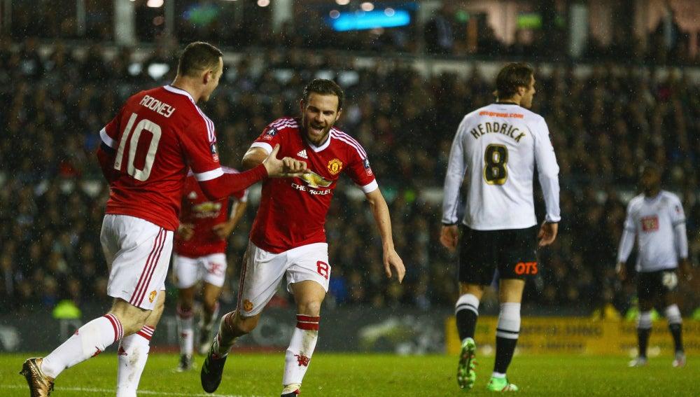 Juan Mata celebra su gol ante el Derby County