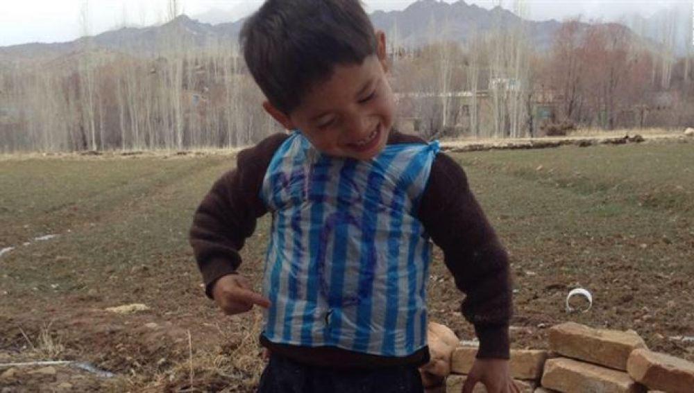 El pequeño de la camiseta de Messi hecha con una bolsa de plástico