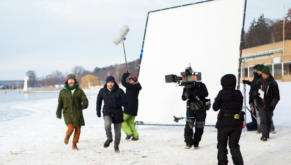 Manuel Burque y Antonio Velázquez corren durante el frío rodaje