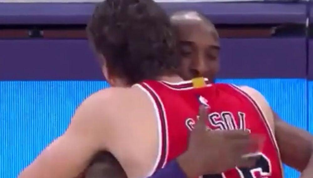 El abrazo entre Pau Gasol y Kobe Bryant