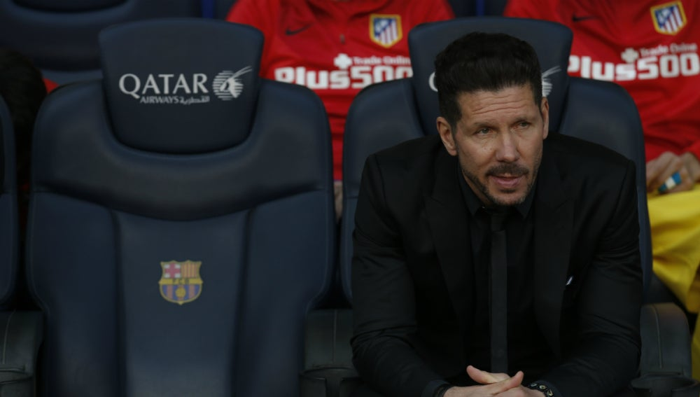 Simeone, sentado en el banquillo del Camp Nou