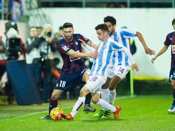 Borja Gonzalez del Eibar lucha por el balón con Juanpi del Málaga CF