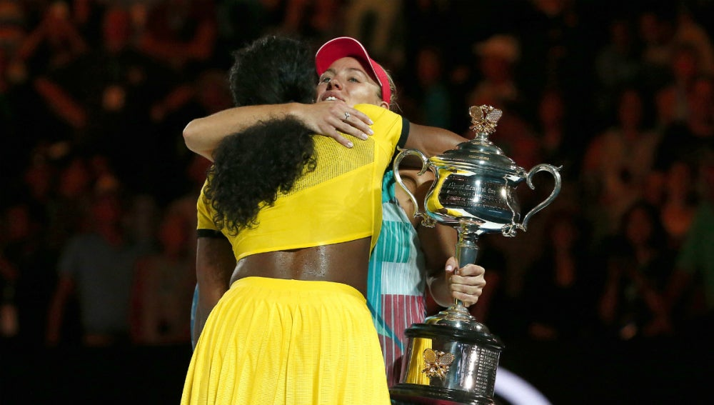 Angelique Kerber, con el trofeo en la mano, abraza a Serena Williams