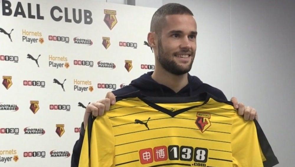 Mario Suárez posa con la camiseta del Watford