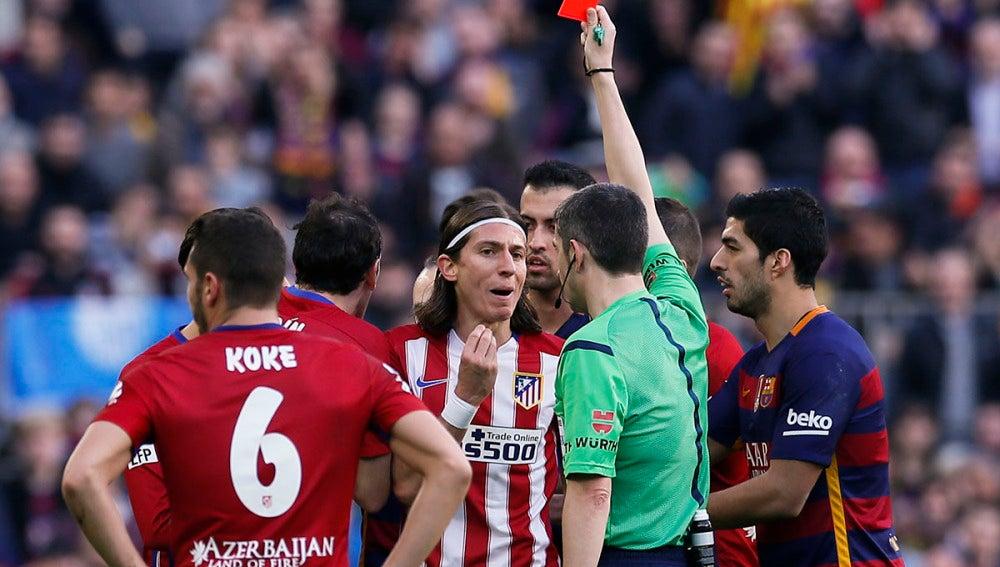 Filipe Luis ve la roja ante el Fútbol Club Barcelona