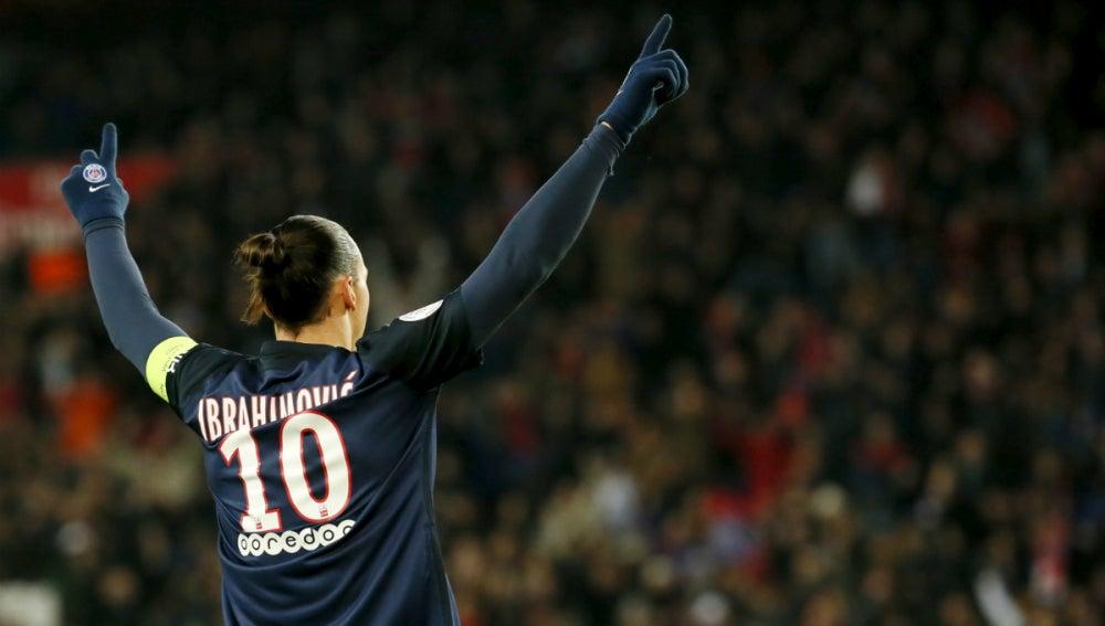 Ibrahimovic, con los brazos en alto