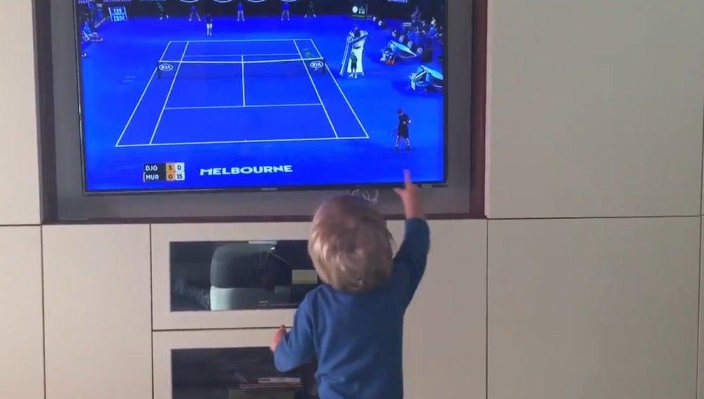 El hijo de Djokovic anima a su padre