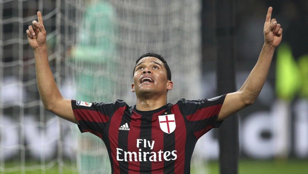 Bacca celebra un gol con el Milan