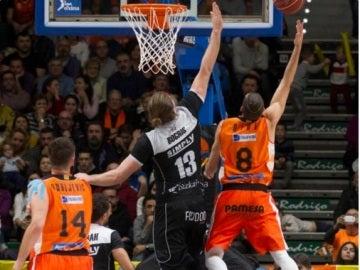 Antoine Diot penetra a canasta ante la defensa de Bilbao Basket