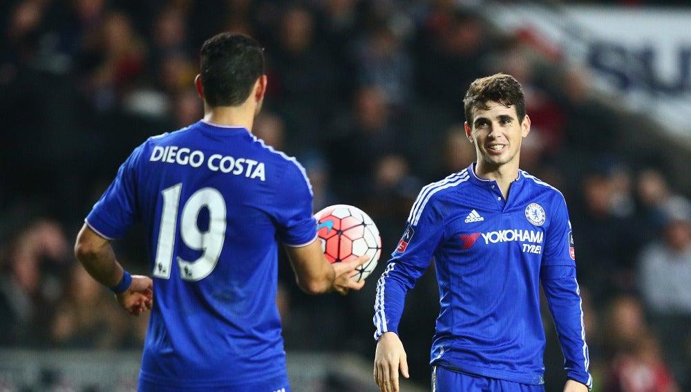 Diego Costa le cede el balón a Oscar, que anotó un hat-trick