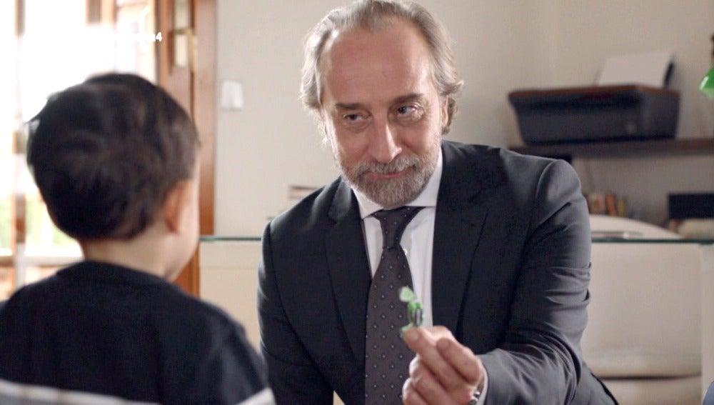 Miguel entra en casa de Enrique y lleva a cabo su plan
