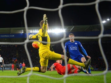 Vardy marca el 2-0 ante el Liverpool