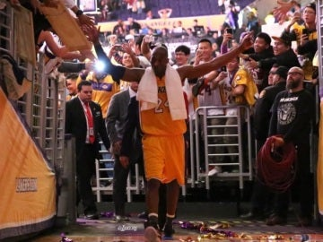 Kobe Bryant se marcha saludando al público