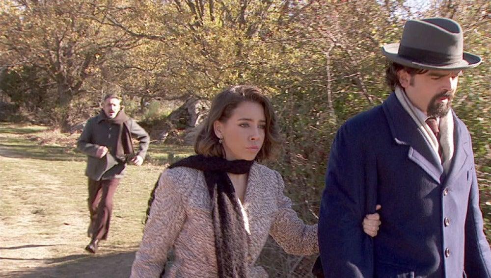 Alfonso le pide a Emilia que se quede