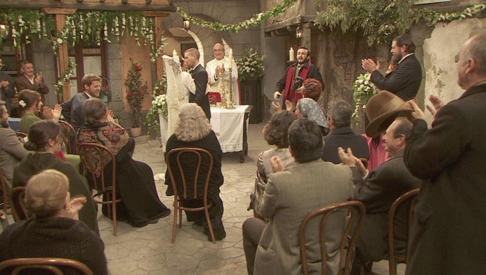 Hipólito y Gracia se casan en una hermosa ceremonia en la plaza del pueblo