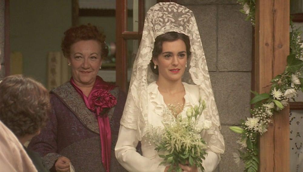 Gracia llega al altar acompañada de las vecinas de Puente Viejo.mxf.sfl