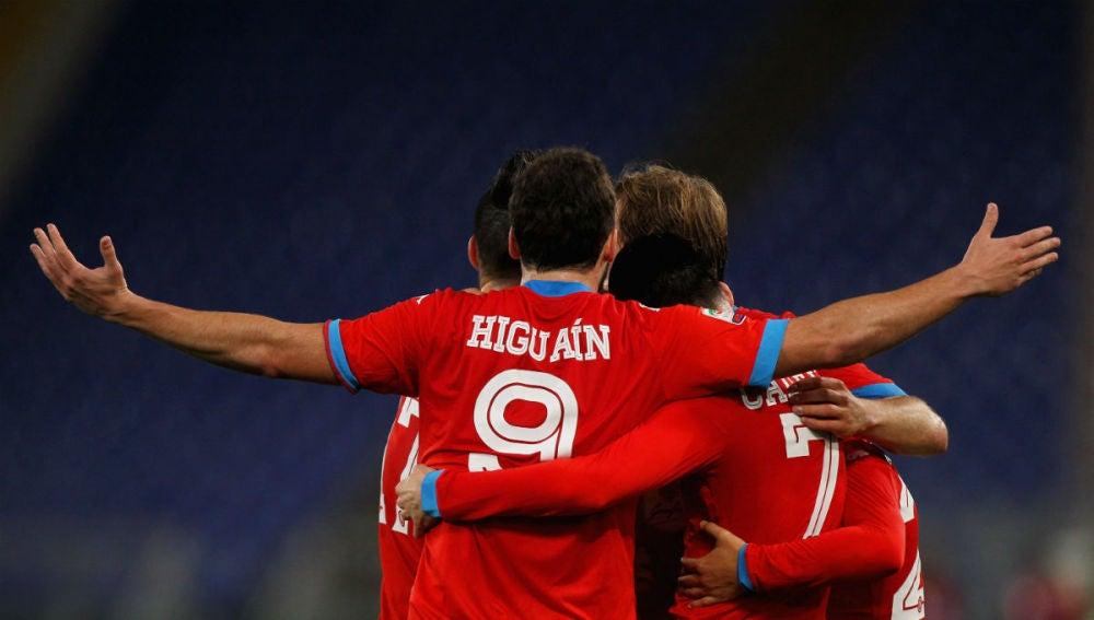 Gonzalo Higuaín celebra un gol con sus compañeros