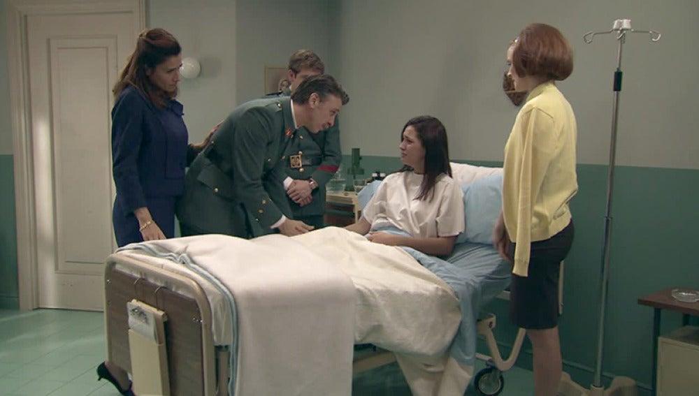 Sofía se despide de sus familiares antes de entrar en el quirófano
