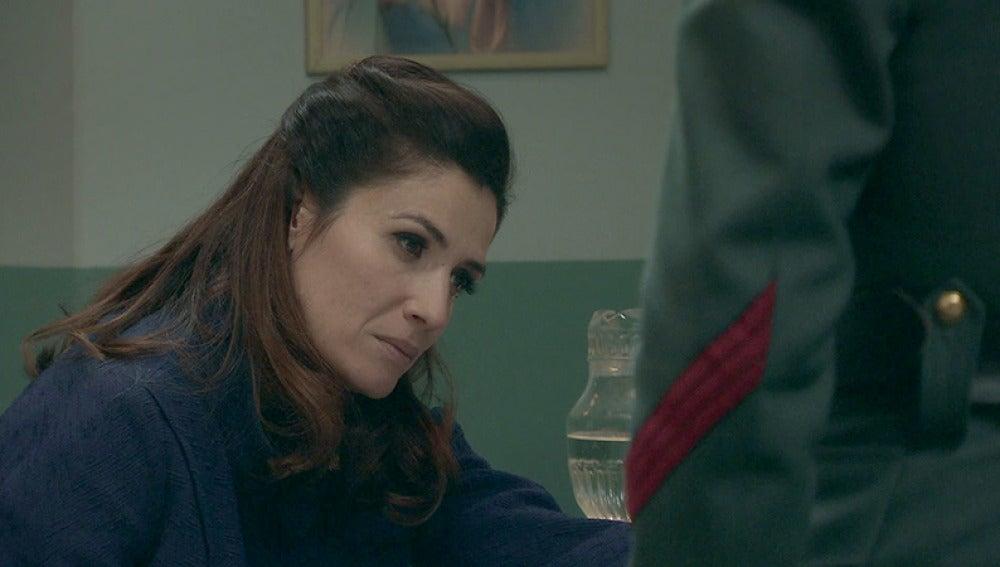 Adela está muy preocupada por la operación de su hija