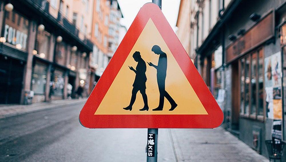 Señal Peligro peatones usando el móvil