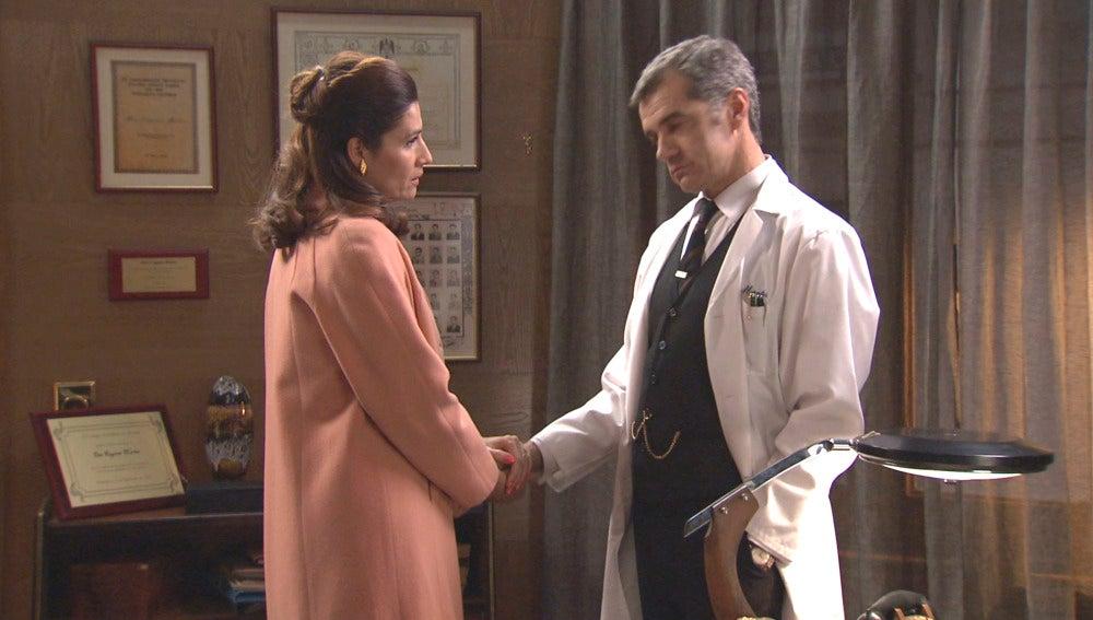 Adela le agradece a Eugenio todo lo que hizo por su hija
