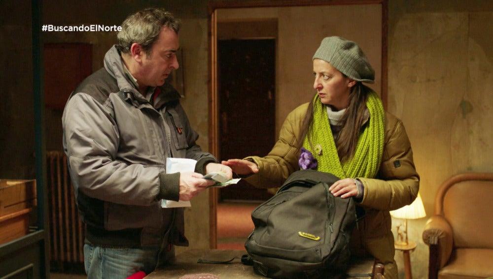 Chus se confunde de maleta y encuentra los 1.200 euros de Alex y Carol